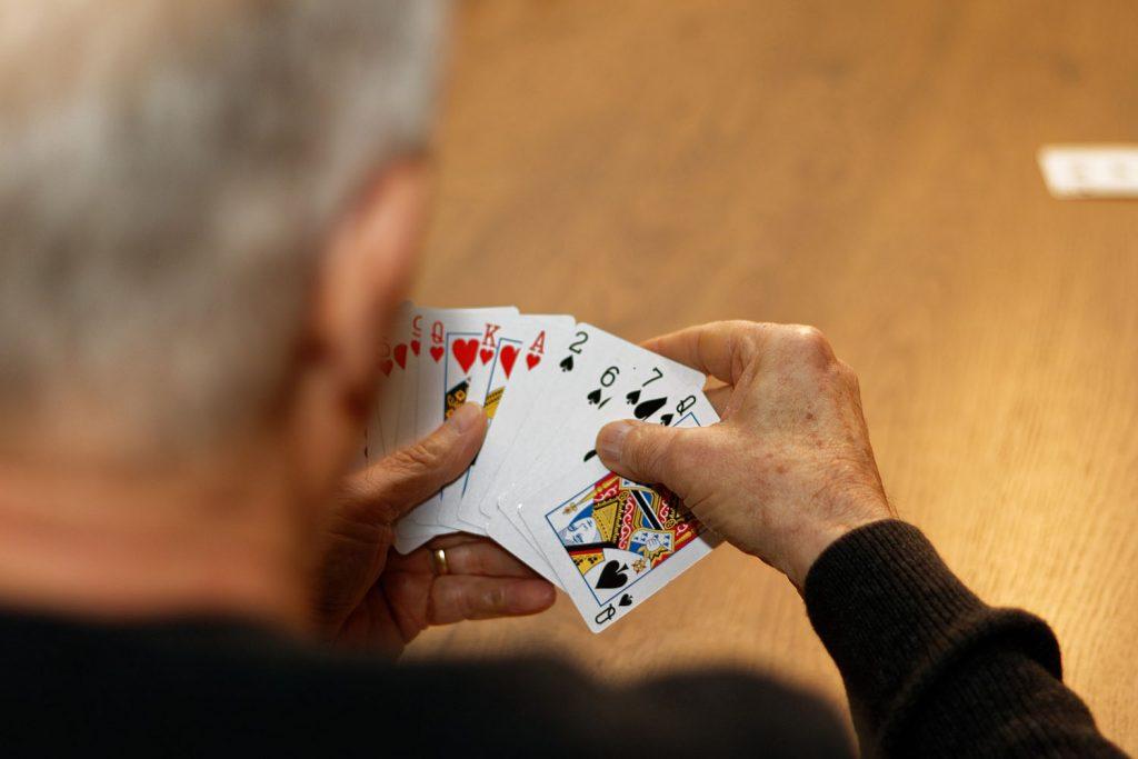 Mann mit Pokerkarten